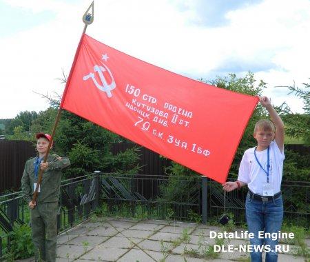С нами Знамя Победы! С нами флаги друзей!